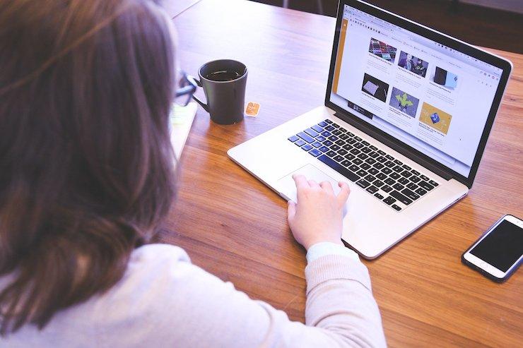 Frau am Laptop sucht nach AdA Schein Kosten